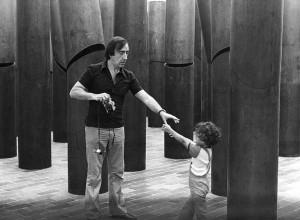 Pol Bury parmi ses 50 colonnes animees, 1972-1973, acier corten, 430 x 50 cm