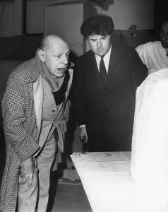 Jean Dubuffet et Claude-Louis Renard devant la maquette de la Villa Falbala, 1971